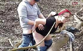لطيف في سن المراهقة السمين يرتجف في الخشب من خلال المتعة!